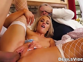 pornstar wife cuckolds hubby with famous tommy gunn